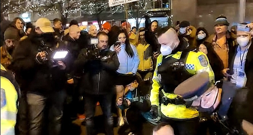 VIDEO: Policejní zásah proti demonstrantovi na Václavské náměstí