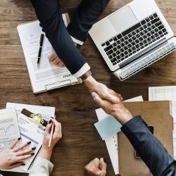 Vládní pomoc podnikatelům postiženým koronavirem se zjednoduší a zvýší