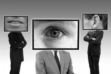 Jak moc se ještě necháme špehovat a omezovat? Kde začíná nová totalita?