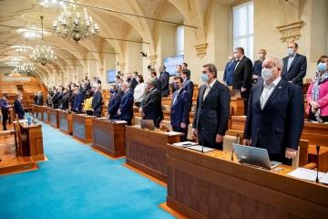 Senát schválil mimořádný příspěvek pro lidi v karanténě