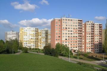 Bytová družstva o svůj nárok na převod obecních bytů z majetku samospráv nepřijdou, stát jim také odpustí daň z převodu
