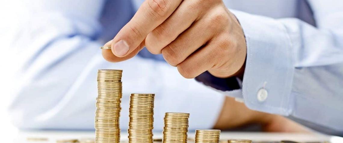 Během koronakrize výrazně vzrostly úspory domácností