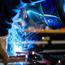 Neděli v práci pravidelně tráví každý desátý Čech, Výrazný meziroční růst cen výrobců pokračoval